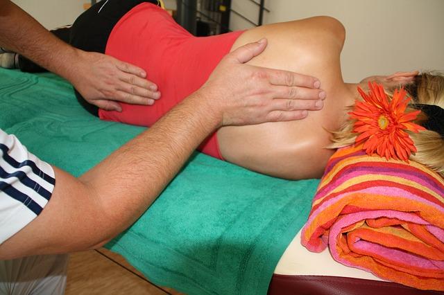 masáž zad, ručník, květina