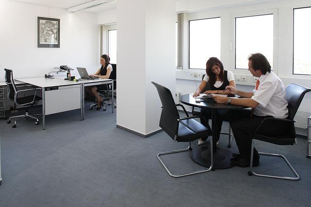 kancelář, stolky, židle, lidé