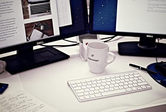 monitory, klávesnice, hrnek
