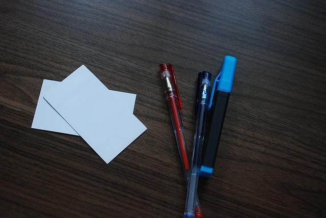 stůl, papírky, propisky