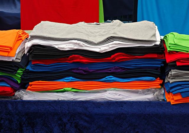 barevná naskládaná trička