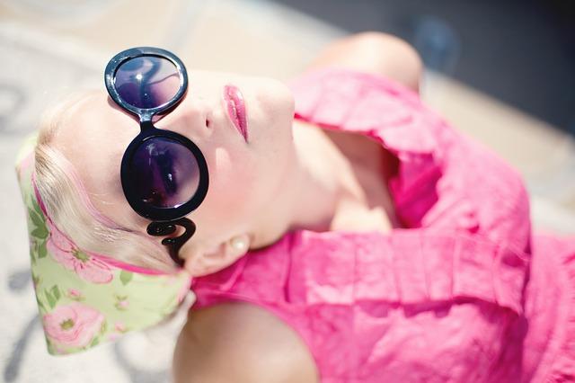 blondýna, sluneční brýle, košile