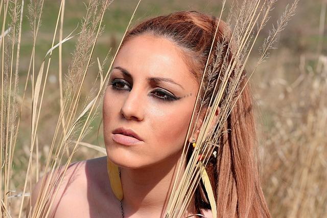 suchá tráva, culík, zmalovaná žena