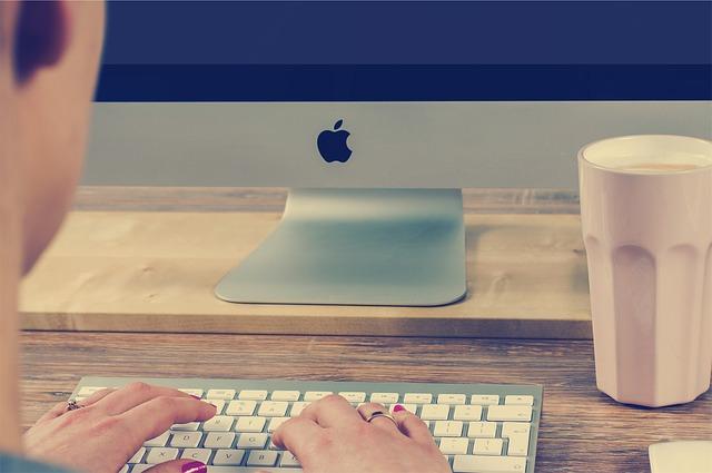 klávesnice, monitor, hrneček