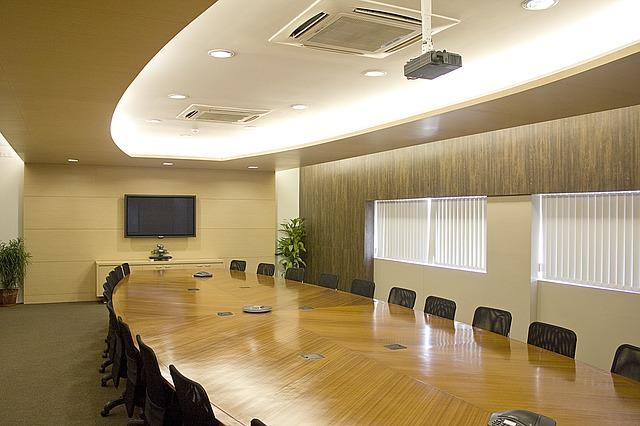 konferenční místnost, velký stůl, židle
