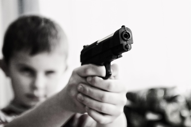 dítě, zbarň, mířit
