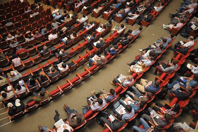 posluchárna, lidé, červené židle
