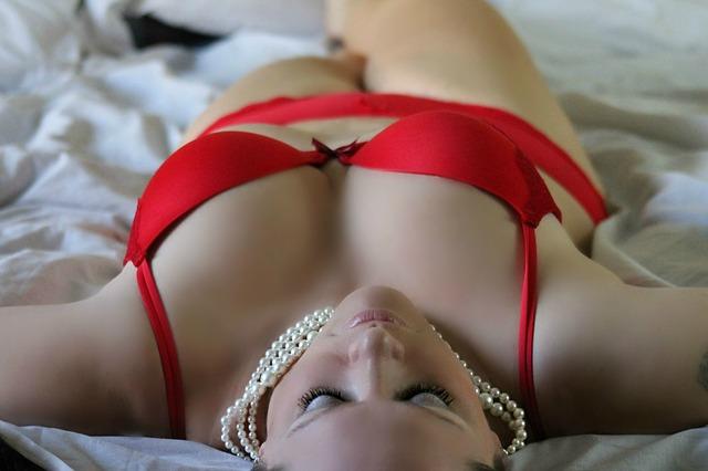 žena, perly, červené spoldní prádlo