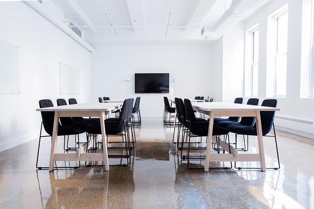 prázdná konferenční místnost