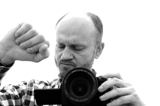 soustředěný fotograf