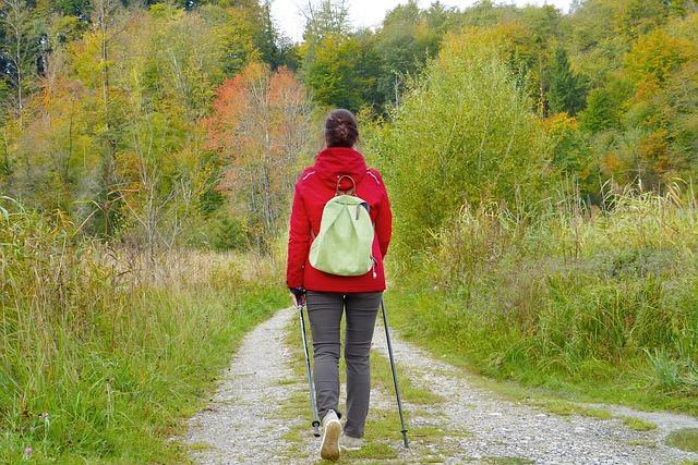žena na procházce