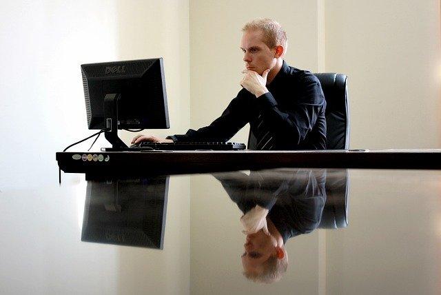 muž u počítače