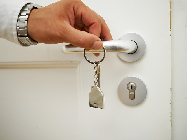 ruka na klice od dveří