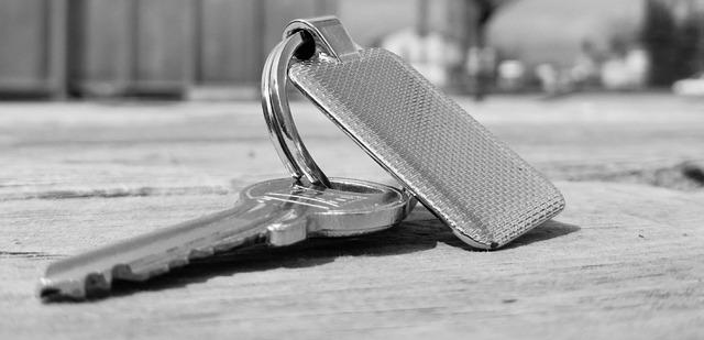 klíč se stříbrným přívěskem - v šedé barvě