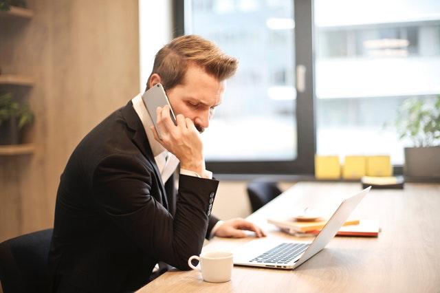 Telefonující manažer v kanceláři