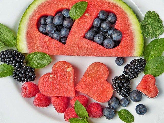 zdravé a dietní ovoce, meloun a lesní plody.jpg