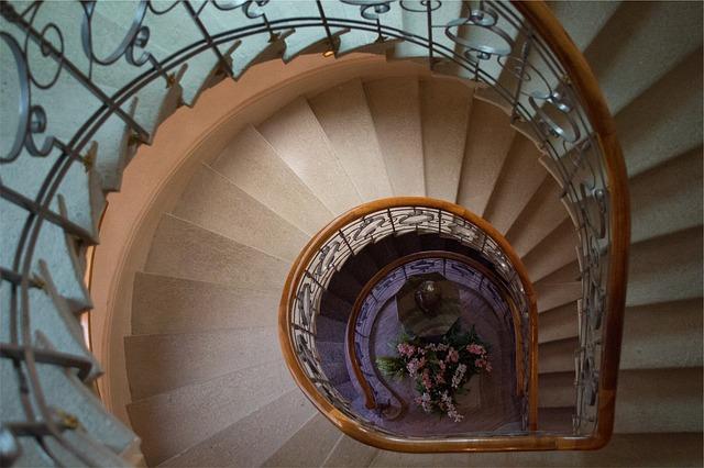 točité schodiště dřevěné