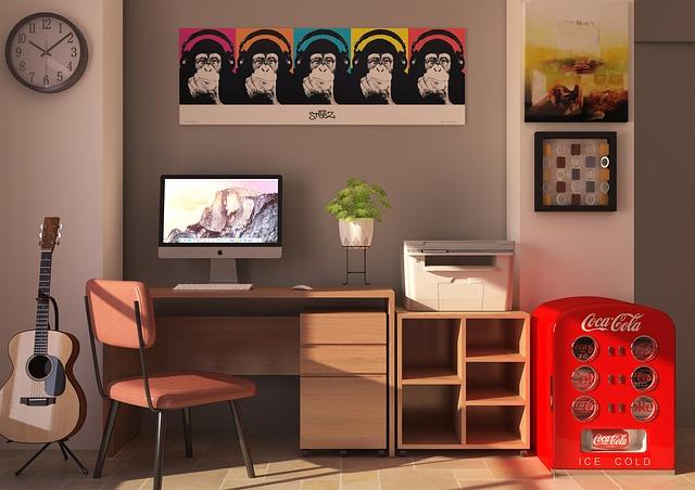 domácí kancelář s počítačem a tiskárnou