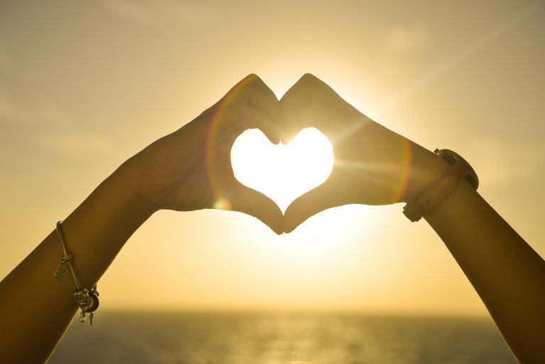ruce, které mají vytvarované srdce