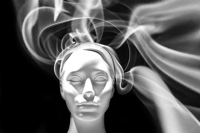 ilustrace ženské tváře zahalené v kouři