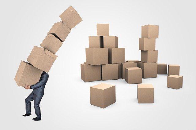 muž nesoucí papírové krabice