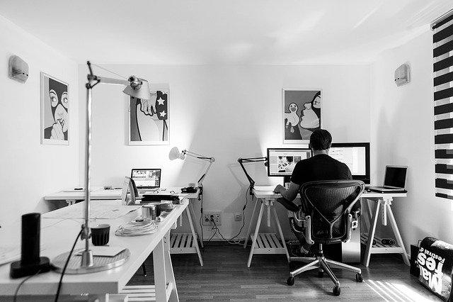 muž v pracovně využívající počítač