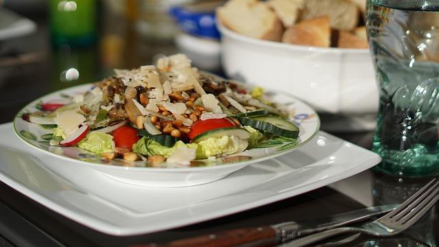 zeleninový salát s kuřecím masem a s chlebem