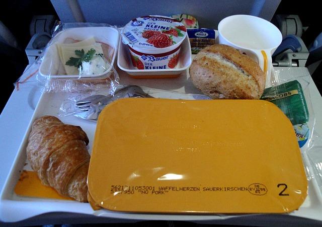 snídaně v letadle přímo na sedadle